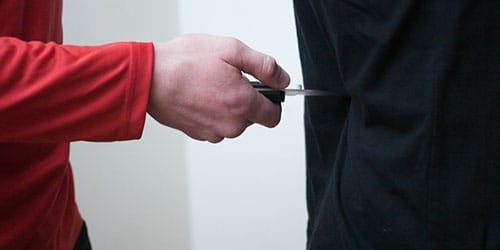 приставить нож к человеку