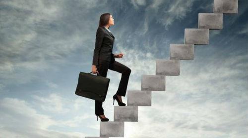 подниматься по карьерной лестнице