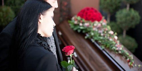 видеть во сне похороны незнакомого человека