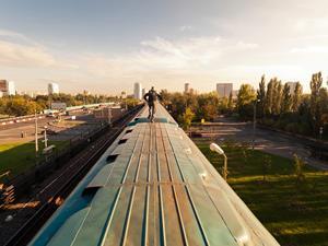 Ехать на крыше поезда во сне - к неординарному поступку