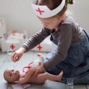 Девочка лечит куклу