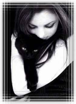 Кошка у нее на руках