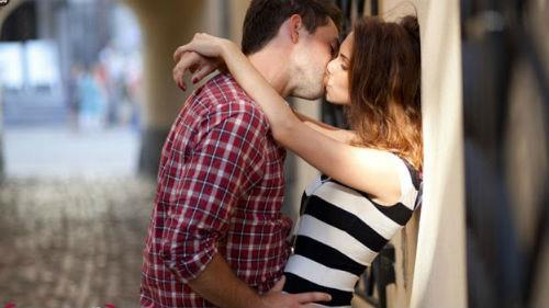 однокурсник который меня целует
