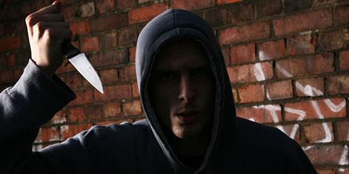 мужчина с ножом нападает во сне