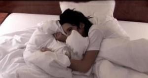 Женщина плачет в подушку