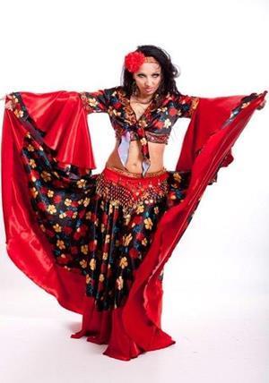 Цыганка танцует