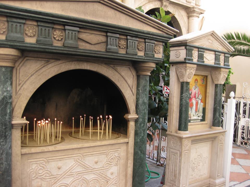 У входа в храм святителя Спиридона