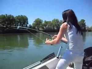 Женщина ловит рыбу