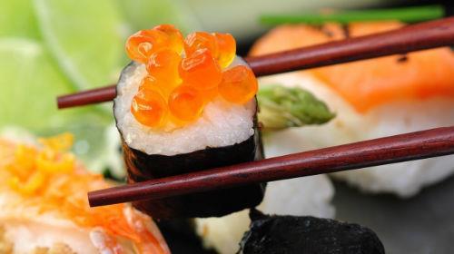 кушать суши с икрой