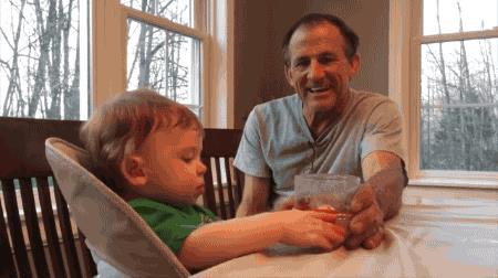 присматривать за внуком