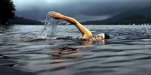 к чему снится плыть по воде