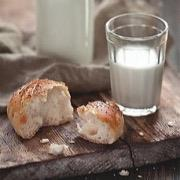 Стакан молока и булка