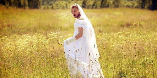 мужчина одел платье
