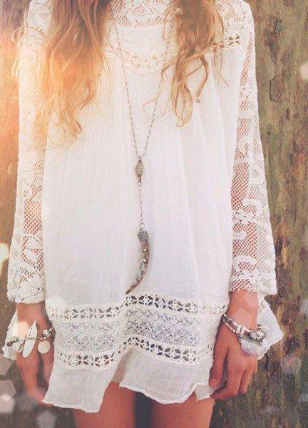 Девушка в белом летнем платье и аксессуарах в стиле Бохо