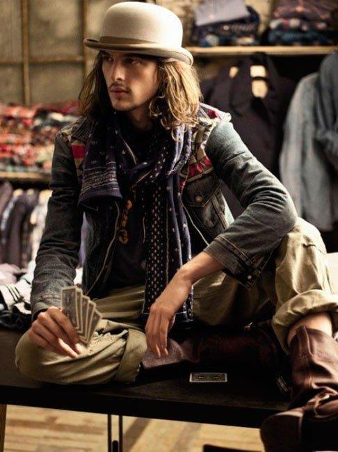Парень в стиле бохо - джинсовая куртка, шарф и шляпа