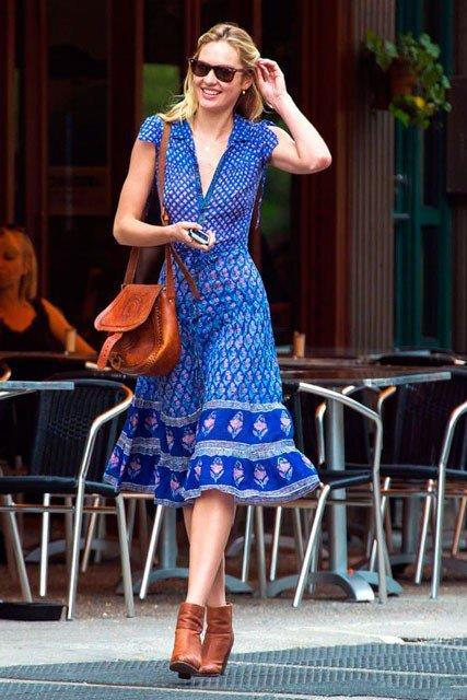 Миранда Керр в синем платье и коричневой сумкой в стиле Бохо