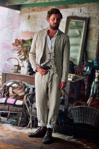 Мужчина в стиле Бохо в мятом, светлом костюме