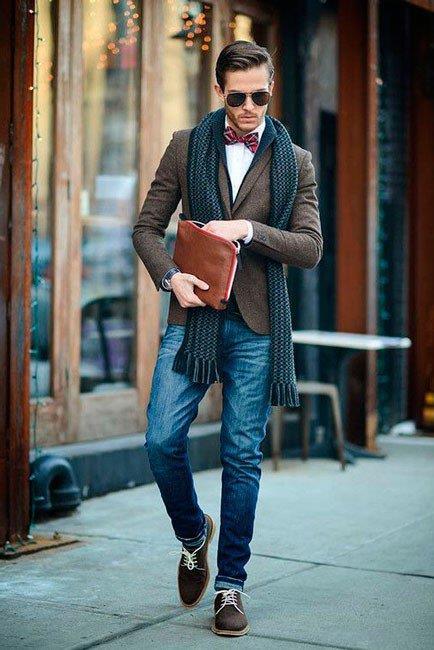 Мужчина в стиле бохо - джинсы, пиджак и стильный шарф