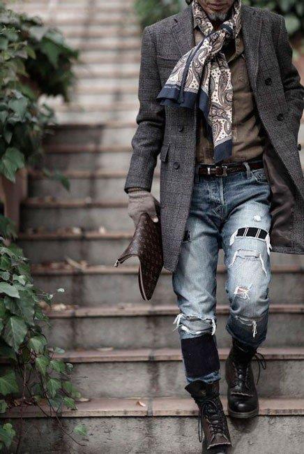 Мужчина в стиле Бохо - рваные джинсы, берцы, пальто и повязанный на шее шарф