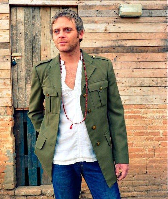 Мужчина в стиле Бохо - модный тренч и бусы