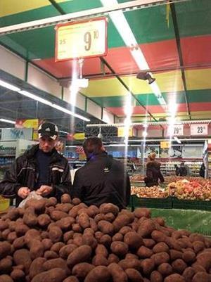 Знакомый покупает картошку