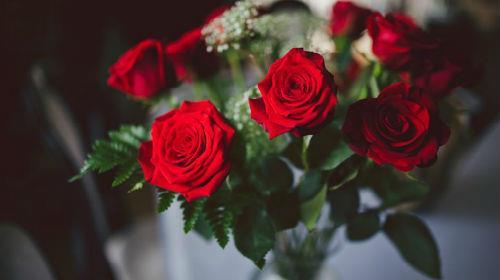 к чему снится букет красных роз