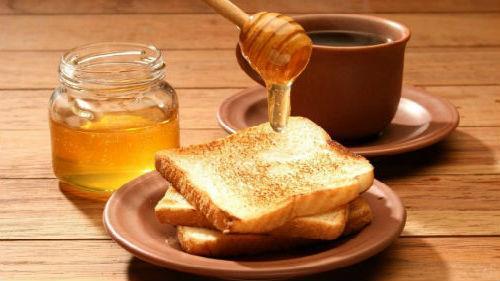 кушать мед с хлебом