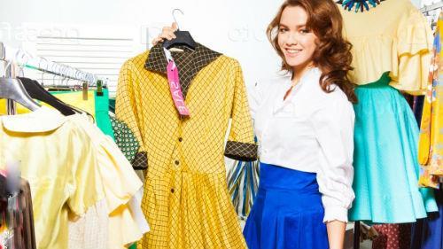 примерять новую одежду в бутике