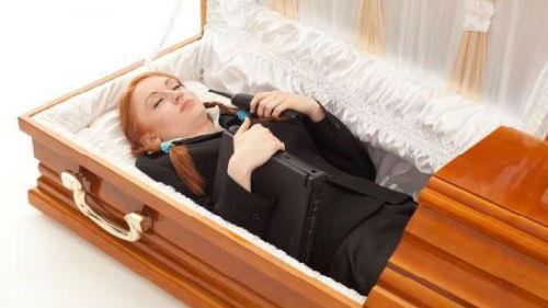 живой человек в гробу