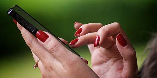 мобильный в руке