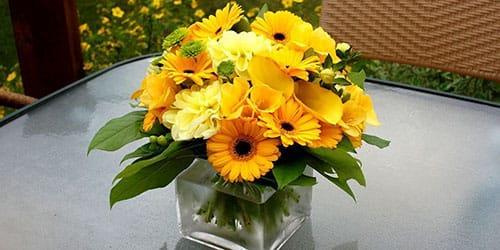 букет из желтых цветов в вазе