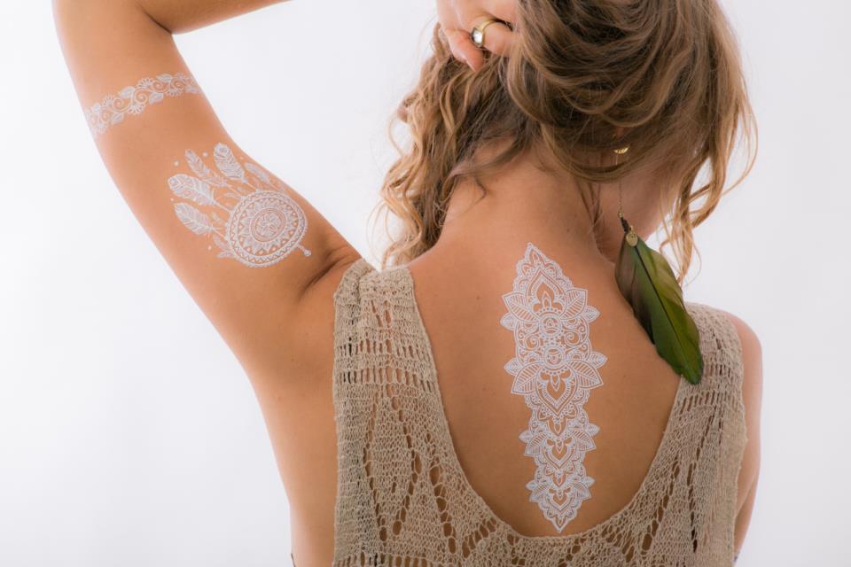 белый цвет татуировки значение