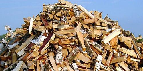 куча колотых дров