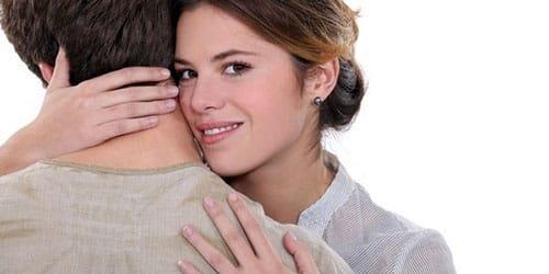 обнимать мужчину
