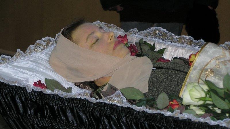 Видеть в сновидении, что люди осуждают того, кто лежит в гробу - это к неприятностям, готовьтесь к конфликту с близкими.