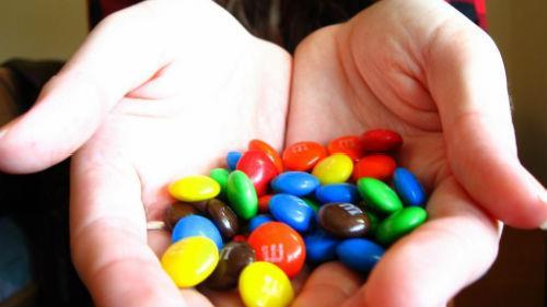 угощать конфетами