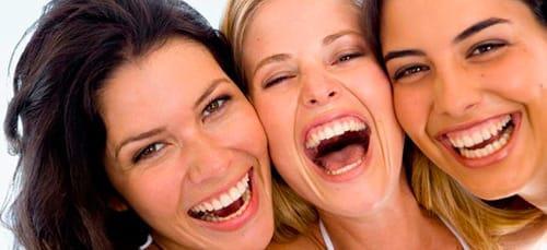 смеяться в голос