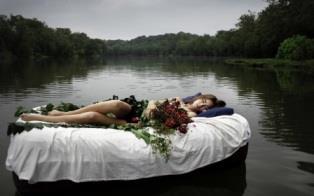 девушка сон кровать река цветы
