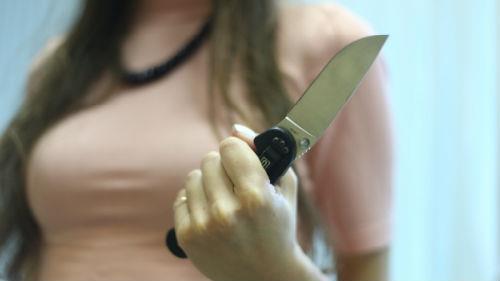 нож в спину от женщины