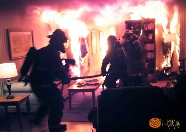 Тушат огонь в квартире