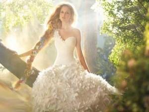 в лесу, в свадебном платье