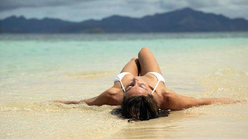 лежать на морском пляже