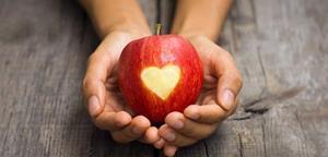 Красное и сочное яблоко