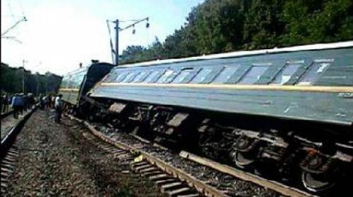 пассажирский поезд сошел с рельс