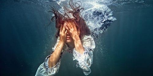 погрузиться в воду в одежде