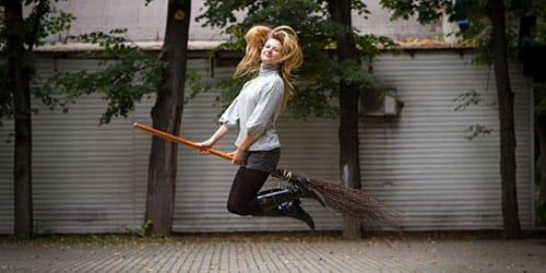 к чему снится женщине летать на метле