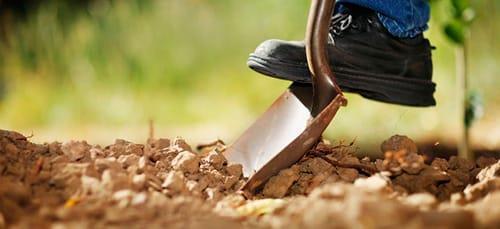 копать землю лопатой