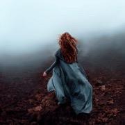 Девушка убегает