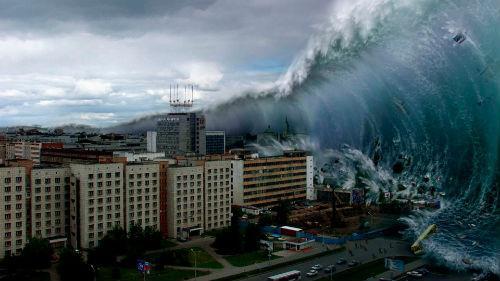 высокие волны накрывают дома