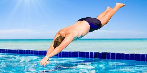 нырять в бассейн с чистой водой